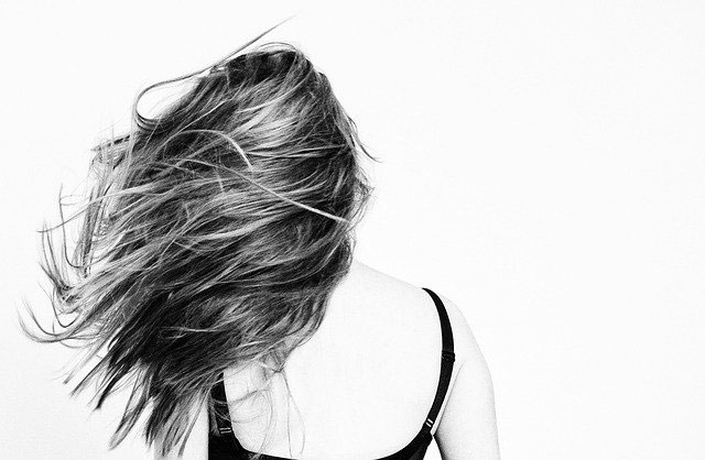 נשירת שיער לאחר הלידה: סיבות ודרכי טיפול